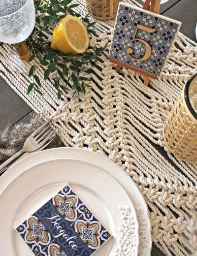 Padekoruotas stalas su keramikiniais padėkliukais ir stalo takeliu