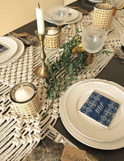 Pintos rustic žvakidės ant pinto stalo takelio