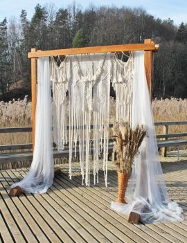 Medinės arkos ir foto sienelės nuoma vestuvėms su macrame ir tiuliu