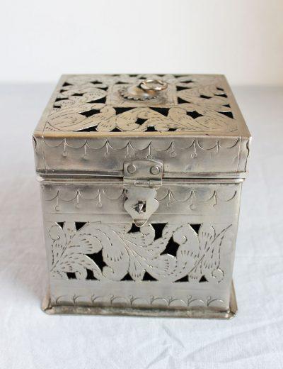 Metalinė dėžutė - žvakidė