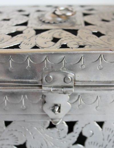 Metalinė dėžutė - žvakidė iš arti