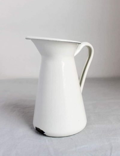Baltas metalinis ąsotėlis - vaza
