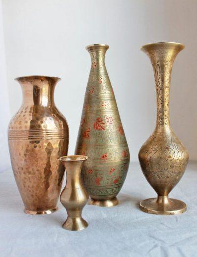 Keturios žalvarinės vazos