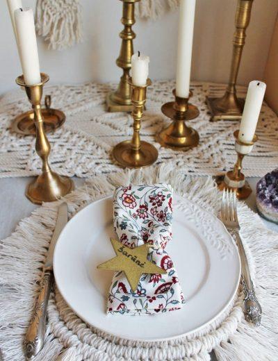 Žalvarinės žvakidės ant padengto stalo